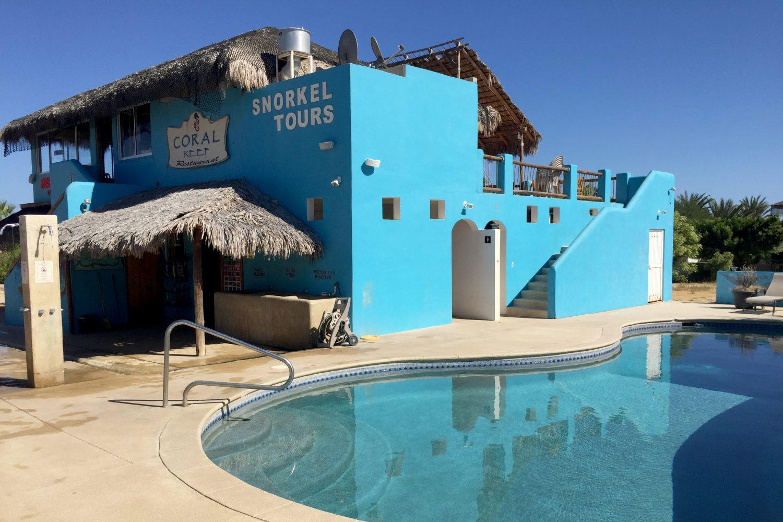 Hauptgebäude des Cabo Pulmo Beach Resort mit Tauchbasis und Restaurant sowie Pool