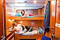 Innensicht einer Doppelkabine mit übereinander liegenden Betten