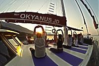 Yoga zum Sonnenaufgang auf dem Vorderdeck