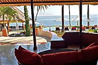 von der Lobby aus bietet sich ein toller Blick auf das Meer