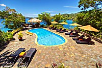 Swimmingpool und Bar des Bastianos Lembeh Resorts