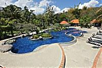 Poollandschaft im Bintang Flores Hotel