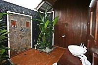 Halboffenes Badezimmer