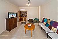 Lounge-Ecke mit TV und Gästebibliothek