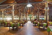 halboffenes Restaurant im Embudu Village