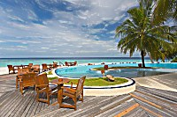 Swimmingpool mit angeschlossener Sunset-Bar