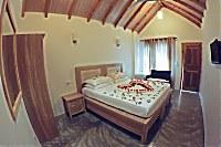 Blick in ein Doppelzimmer mit Spitzdach