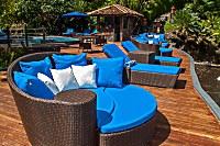 hübsch gestaltetes Pooldeck des Lembeh-Resorts