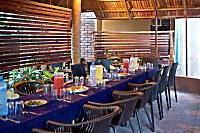 großer gemeinsame Esstisch im Palm Village Restaurant