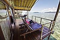 Terrasse mit traumhaften Ausblick und kleiner Treppe ins Meer