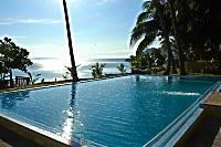 Blick über den Swimmingpool auf das Meer