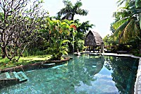 Swimmingpool im Pondok Sari Beach Resort