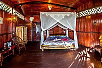 Doppelbett mit Moskitonetz