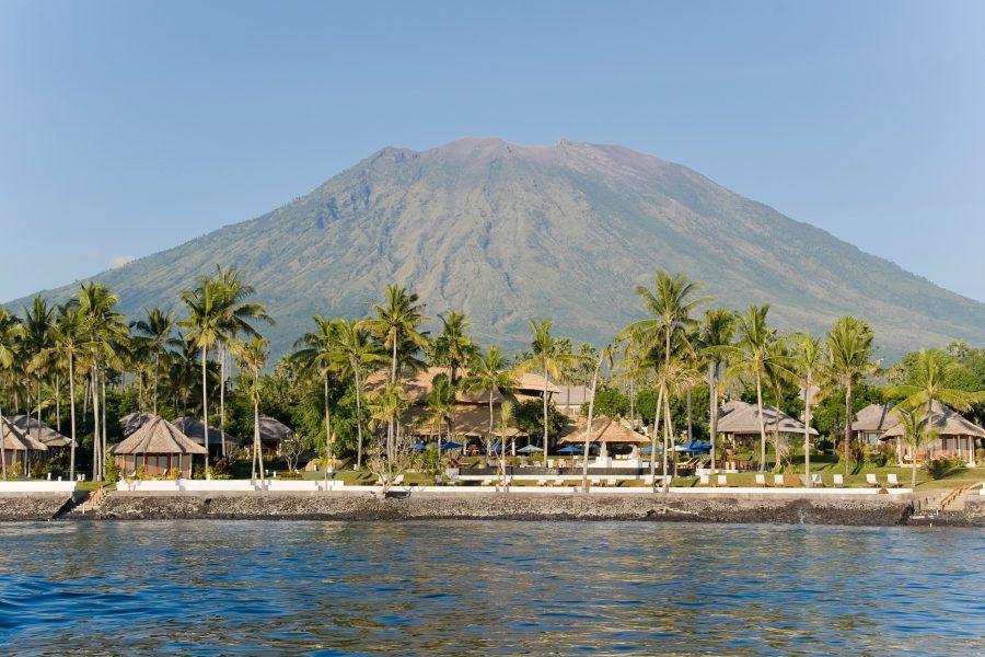 Panoramaansicht des Resorts mit dem imposanten Mount Agung im Hintergrund
