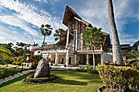 Haupthaus des Resorts mit Lobby und Loungebereich