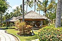 Gartenanlage und Bungalows im Siddhartha Oceanfront Resort & Spa