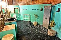 Halboffenes Badezimmer im Suite-Bungalow