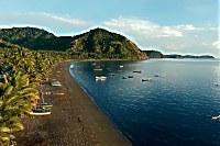 Blick auf die Bucht von Kampagnar und den Strand vor der Lodge